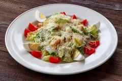 Salade de César avec les oeufs, le parmesan, les tomates-cerises et le TOA d'ail image libre de droits