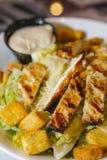 Salade de César fraîche de poulet photo stock