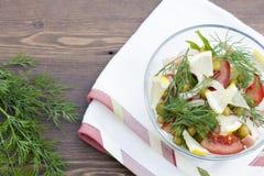 Salade de calmar, de légumes frais et d'herbes cuits Photos stock