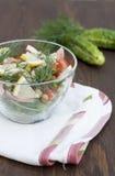 Salade de calmar, de légumes frais et d'herbes cuits Image libre de droits