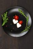 Salade de Caprese avec du mozzarella, en forme de coeur Images stock