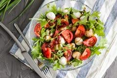 Salade de Caprese avec l'arugula Photographie stock libre de droits