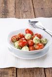 Salade de Caprese avec le pesto image stock
