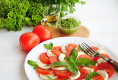 Salade de Caprese avec les tomates, le fromage de mozarella et le basilic Photo libre de droits