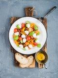 Salade de Caprese d'Italien avec les tomates-cerises, le petit mozzarella et le basilic frais Photos libres de droits
