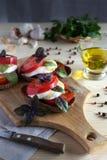 Salade de Caprese sur des tranches de pain images libres de droits