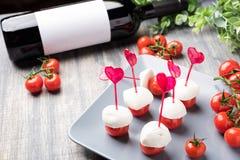 Salade de Caprese sur la brochette avec la forme de coeur Photos stock