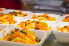 Salade de carotte avec des raisins secs et des pommes photographie stock libre de droits