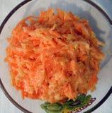 Salade de carotte avec l'ail photo stock