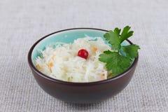 Salade de chou salé avec une airelle rouge Photo stock