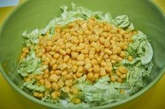 Salade de choux et maïs images stock