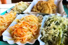 Salade de choux et morceaux de poissons rôtis photos libres de droits