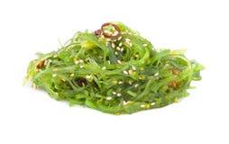 Salade de Chuka arrosée avec les graines de sésame sur le fond blanc Photos stock