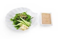 Salade de Chuka de sushi d'isolement sur le fond blanc Photos libres de droits
