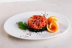Salade de Chuka, saumon, orange, sésame noir, d'isolement d'un plat image libre de droits