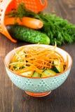Salade de concombre avec la carotte dans la cuvette images stock