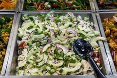 Salade de concombre et d'oignon rouge Photographie stock libre de droits