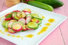 Salade de concombre de radis avec le habillage de miel photographie stock libre de droits