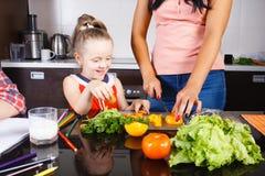 Salade de coupe de maman et de fille photo stock