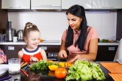 Salade de coupe de maman et de fille photo libre de droits