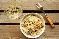 Salade de couscous avec le poulet, la courgette, et la carotte Images stock