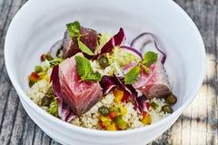 Salade de couscous avec le thon desséché image stock
