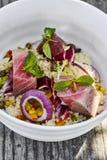 Salade de couscous avec le thon desséché photographie stock libre de droits