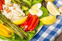 Salade de crabe avec l'asperge et les poivrons rouges Photo stock