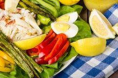 Salade de crabe de Dungeness avec l'asperge Image stock