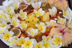Salade de dessert de fruit avec l'ananas, la papaye, la passiflore comestible de passiflore, et la fleur blanche de frangipani Photo stock