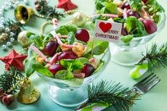 Salade de fête avec la mâche, les raisins, la saucisse et le croûton frais Photos stock