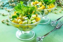 Salade de fête avec le concombre et la mangue Photos stock
