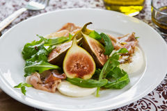 Salade de figue, de Prosciutto et de mozzarella photographie stock libre de droits