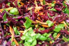 Salade de fond de chou rouge avec des carottes et des épinards Image stock