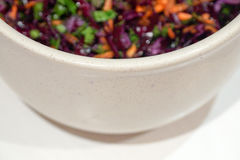 Salade de fond de chou rouge avec des carottes et des épinards Photographie stock