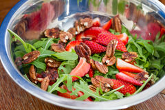 Salade de fraise de Rucola photographie stock