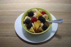 Salade de fruit et de baie dans un plat vert photographie stock