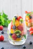 Salade de fruit frais en verre image libre de droits