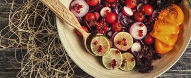Salade de fruit frais et de légume dans le plat ou dans la cuvette sur le woode Images stock