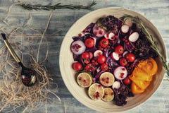Salade de fruit frais et de légume dans le plat ou dans la cuvette sur le woode Photos libres de droits
