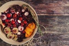 Salade de fruit frais et de légume dans le plat ou dans la cuvette sur le woode Photographie stock libre de droits