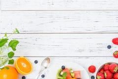 Salade de fruit frais sur la table en bois Vue supérieure images libres de droits