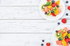 Salade de fruit frais sur la table en bois Vue supérieure photo stock