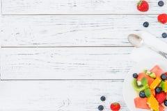 Salade de fruit frais sur la table en bois Vue supérieure photographie stock