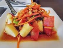 Salade de fruits épicée thaïlandaise douce et aigre image stock