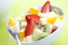 Salade de fruits avec des accumulations de fruit et de yaourt photographie stock libre de droits
