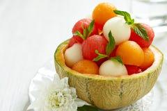Salade de fruits avec des boules de pastèque et de melon photos libres de droits