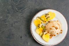 Salade de fruits avec la crème glacée, pour le jour du ` s de Valentine Photo libre de droits