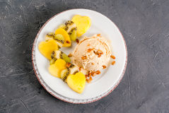Salade de fruits avec la crème glacée, pour le jour du ` s de Valentine Image libre de droits