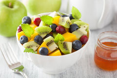 Salade de fruits avec la myrtille de kiwi de mangue pour le petit déjeuner Images libres de droits